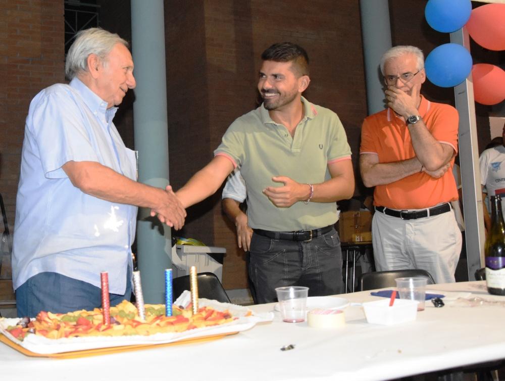 a sinistra l'ex dirigente degli anni '80 Giorgio Baschieri al taglio della torta del centenario.Al suo fianco il sindaco uscente di Scandiano Alessio Mammi e l'assessore allo sport Dott.Nearco Corti